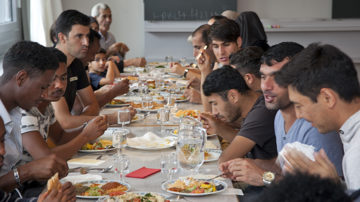 Menschen aus Syrien, Afghanistan, Eritrea und der Schweiz an einem Tisch. | © Roger Wehrli