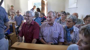 Immer wieder stoppt die Wanderung bei einer Kapelle, wo die Gruppe Interessantes zu Architektur, Kunst und Geschichte einer Kapelle erfährt. | © Roger Wehrli