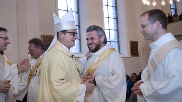 Nehmen von Bischof Felix Gmür Glückwünsche entgegen: Die frisch gebackenen Aargauer Diakone Francesco Marra und Marcus Hüttner (rechts). | © Roger Wehrli