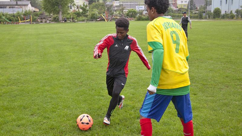 Regelmässige Fussblattrainings sollen für jungedliche Flüchtlinge einen Beitrag zur Integration leisten. Mit Erfolg: Der 19-jährige Yared aus Eritrea (links) schaffte es in die erste Mannschaft des FC Buchs und spielt dort 5. Liga-Matches:   © Roger Wehrli