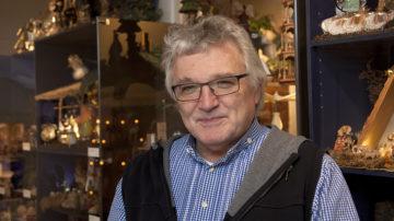 Alfred Hartl, der die von seinem Urgrossvater begründete Sammlung zusammen mit Monika und Josef Amrein im Schaffhauser Krippenmuseum weiterführt. | © Roger Wehrli
