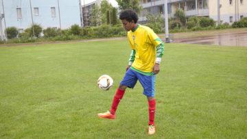 Geniesst das Spiel mit dem runden Leder und kickt auch bei minus sechs Grad in kurzen Hosen: Abel Stefanos aus Eritrea. | © Roger Wehrli