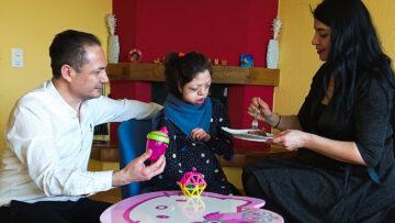 Mutter und Vater Kurtulan helfen Meryem beim Essen, Anziehen, Waschen und Spazieren.    «Es ist ein 24-Stunden-Job» erklärt der Vater, Mehmet Kurtulan.