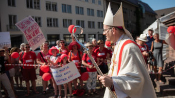 Aktivistinnen der Initiative «Maria 2.0» demonstrieren für Geschlechtergerechtigkeit und Priesterinnenweihe in der katholischen Kirche. | © kna-bild