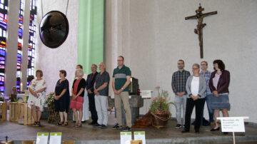 Am 28. Juni 2020 durfte auch die Umweltgruppe des Pastoralraums Region Lenzburg, rechts im Bild, die Auszeichnung Grüner Güggel entgegennehmen. | © Roger Wehrli