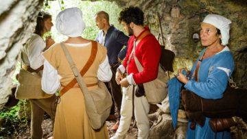 Da es in Mariastein vor 500 Jahren noch kein Kloster gab, müssen die Pilger in einer Höhle übernachten, wie es seinerzeit  üblich war. | © SRF/Thomas Züger