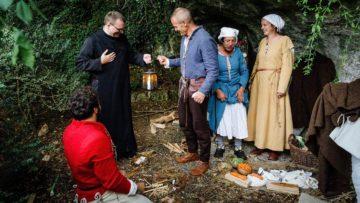Bruder Leonhard überreicht Frowin Bachmann eine Laterne - ganz in der Tradition der Geistlichen, die sich bereits um die Pilger vor Ort kümmerten, als noch kein Kloster in Mariastein stand. | © SRF/Thomas Züger