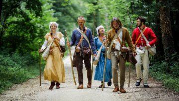 Vom 24. Juli bis 4. August 2017 dauert die historische Pilgerreise von Basel nach Fribourg. Auf Waldpfaden erweist sich der Pilgerstab als willkommene Stütze, denn die Schuhe des ausgehenden Mittelalters haben glitschig-dünne Ledersohlen. | © SRF/Thomas Züger