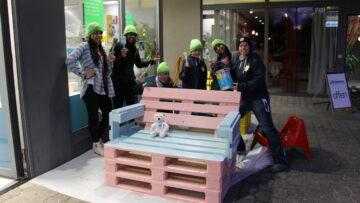 Die Jugendarbeit Suhr Buchs baute Bänke aus Paletten. Sie sind bereits aufgestellt und freuen sich auf Besuch. | © zvg