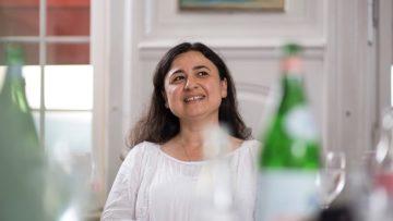 NURGÜL USLUOGLU, 43 Die Onkologin wuchs in der Türkei auf und lernte, dass man als Mädchen keine Wut haben durfte. Am Berner Inselspital tanzt die Oberärztin mehr- mals pro Woche wie ein Derwisch für sich und gemeinsam mit ihren Krebspatienten – eine alte Sufi-Technik, die dazu verhelfen soll, sich mit sich selbst und dem Universum zu verbinden. Wenn Religion Menschen einsperre, dann ent- stehe Wut, ist Usluoglu überzeugt. | © Pia Neuenschwander