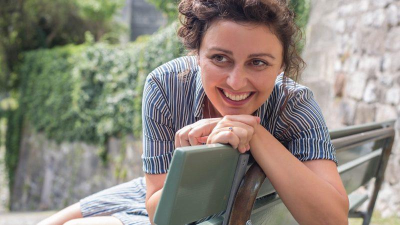 Meral Kureyshi stammt aus dem Kosovo und lebt in Bern. 2015 erschien ihr Debütroman «Elefanten im Garten», der für den Schweizer Buchpreis nominiert war und mit dem Berner Literaturpreis ausgezeichnet wurde. | © Pia Neuenschwander