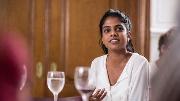 LAAVANJA SINNADURAI, 27 Die Juristin, Mediatorin und Dolmetscherin ist in der Schweiz geboren und in einer tamilischen Fa- milie gross geworden. Die Hinduistin arbeitet im interkulturellen und interreligiösen Bereich und ist dort immer wieder mit Wut und Hass konfrontiert. Das Doppelleben zwischen zwei Kulturen emp- findet die Juristin nicht immer als spannungsfrei. | © Pia Neuenschwander