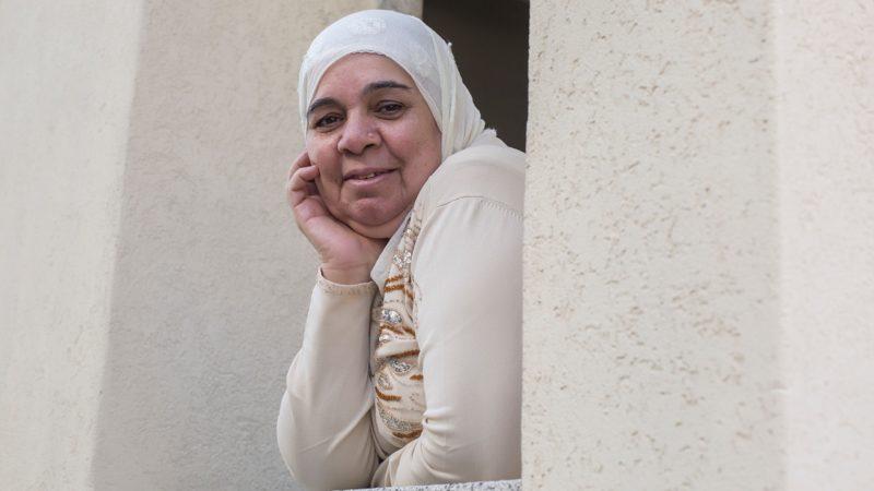 Nawwal Mokhles stammt aus Damaskus. Die 65-jährige Muslimin ist Mutter von sechs Kindern und 10fache Grossmutter. Seit Januar 2016 lebt sie als Asylsuchende im freiburgischen Bulle. | © Pia Neuenschwander