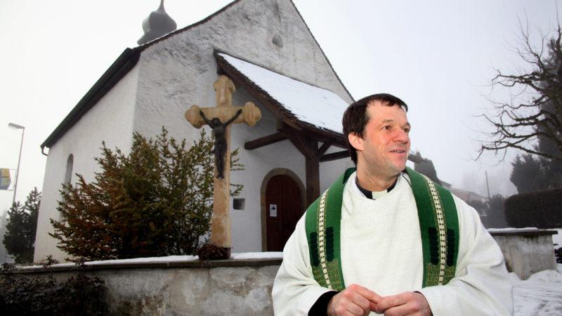 Stefan Kemmler, der neue Domherr des Standes Basel-Stadt, im Jahre 2010 vor der Laurenzius-Kapelle in Erlinsbach.   © Roger Wehrli