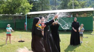 Die Schwestern vermitteln den Kindern nicht nur eine profunde Schulbildung und christliche Werte, sie sorgen auch dafür, dass Spiel, Sport und Spass nicht zu kurz kommen. | © zvg