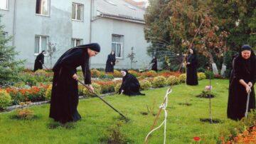 Jede der «Dienerinnen des Herrn und der Jungfrau von Matará in der Ukraine» hat ihre spezifischen Aufgaben in der Gemeinschaft. Aber den Garten pflegen sie zusammen. | © zvg