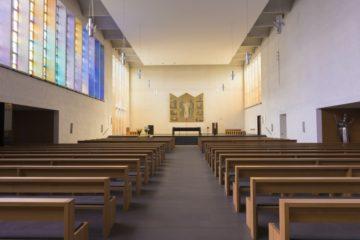 Der erste Eindruck beim Betreten von Peter und Paul in Aarau: Weite. Doch der Innenraum existiert so erst seit 2004. Nach einem Brand im Innenraum wurden zwei Wandscheiben entfernt und Altar- und Hauptraum vereint. | © Werner Rolli