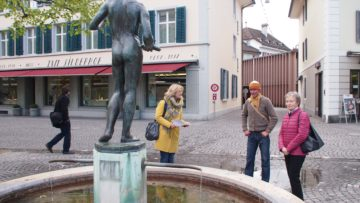 Claudia Mennen (links) folgte in Aarau den Brunnen. | © Andreas C. Müller