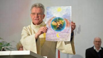 Diakon Alex Bugmann erklärt im Auffahrtsgottesdienst seine Vorstellung des Begriffts «Himmel». | © Werner Rolli