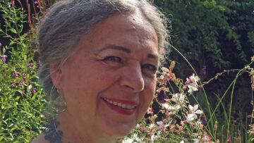Annemie Lieder hat das Hungertuch für den Pastoralraum Oberes Freiamt gestaltet. Ihre Liebe zur Natur spiegelt sich sogar im Dornenkranz. | zvg