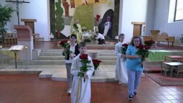 Die Rosen aus dem Muttertagsgottesdienst sind jetzt unterwegs zu den Müttern in der Pfarrei St. Nikolaus in Erlinsbach. | © Christian Breitschmid