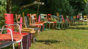 So unterschiedlich wie diese Stuhlreihe aus Rheinfelden sind die verschiedenen Bänkli-Kreationen, die im Rahmen des Wettbewerbs «Bei uns haben alle Platz» eingereicht wurden. | © Pfarrei Rheinfelden