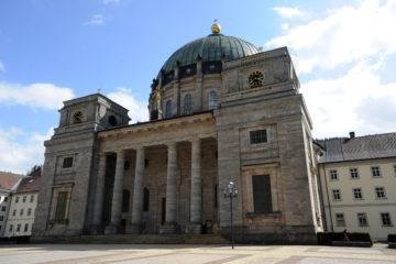 Dom Sankt Blasius Der Dom St. Blasius steht in St. Blasien im Schwarzwald. Die Abteikirche wurde 1783 eingeweiht und misst 62 Meter in ihrer Gesamthöhe. Mit einer Spannweite von 36 Metern gehört sie gegenwärtig immer noch zu den größten Kirchenkuppeln in Europa. Reliquien, in diesem Fall Reste seiner Knochen, erhielt die hier gegründete und aufgebaute «Albzelle» um die Mitte des 9. Jahrhunderts aus dem Mutterkloster Rheinau bei Schaffhausen. Aus der Albzelle entwickelte sich so die «Zelle des heiligen Blasius», als Vorläufer der späteren Abtei.  | © kna-bild