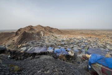 In Alga, einem der grössten Schürfgebiete von Burkina Faso, leben gegen 20 000 Menschen in einer improvisierten Zeltstadt. Mit Schuld an dieser Entwicklung sind multinationale Konzerne. Die Spur führt auch in die Schweiz.| © Meinrad Schade