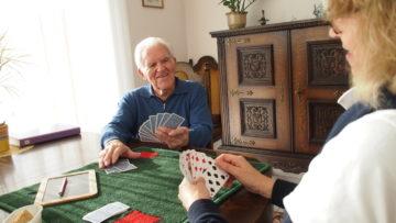 Dass man Zeit mit ihnen verbringt ist das, was sich die meisten älteren Menschen wünschen. Vielen sind der Lebenspartner, Verwandte und Freunde weggestorben. So auch Albert Wüthrich, der sich jeweils immer sehr auf die gemeinsame Jassrunde zu zweit mit der Caritas Care-Mitarbeiterin freut. | © Andreas C. Müller