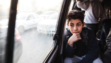 Bilal im Bus zur Schule. Das Caritas-Projekt sorgt auch für den Transport. | © Alexandra Wey
