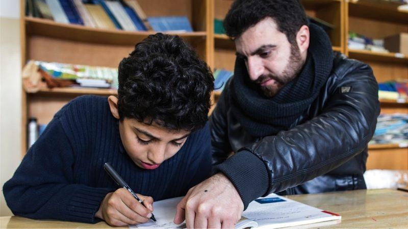 Abbas Hawille unterrichtet den 11-jährigen Bilal in Arabisch. Die Caritas finanziert im Libanon ein Stützkursangebot, damit sich Flüchtlingskinder aus Syrien besser integrieren können. | © Alexandra Wey