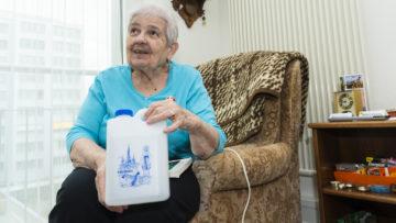 Aus Lourdes nimmt Cesira Bruna Wehrli Corradini jeweils das bekannte Lourdeswasser mit. Bei Schmerzen im Arm beschert es ihr Linderung.   © Werner Rolli
