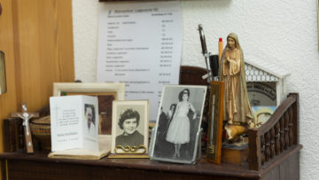 Im Zimmer im Pflegezentrum hat Cesira Bruna Wehrli Corradini Kruzifixe, Madonnenfiguren und Heiligenbildchen. Der Glaube ist fester Bestandteil ihres Lebens.   © Werner Rolli