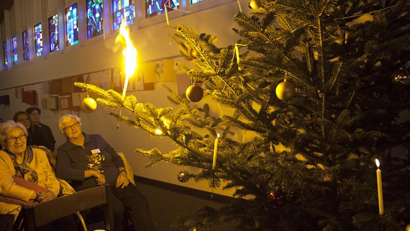 Die Weihnachtsfeier des regionalen Alterszentrums Schöftland beginnt mit einem feurigen Spektakel. |© Roger Wehrli