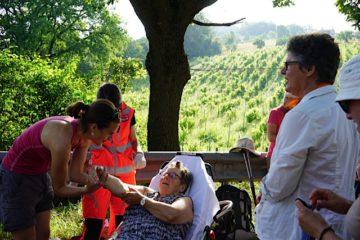 Pilgerin Mariette lässt sich auch mit gebrochenem Arm nicht vom Ziel abbringen: In Rom stösst sie wieder zur Gruppe. Nach ihrem Sturz in Labero hatte Mariette Glück: Eine Polizeipatrouille kreuzte unmittelbar den Weg der Pilgergruppe und konnte eine Ambulanz aufbieten. | © Vera Rüttimann