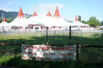 Dieses Jahr wurde der Zrikusgottesdienst erstmals im neuen Zelt des Schweizer Nationalzirkus gefeiert. | © Vera Rüttimann