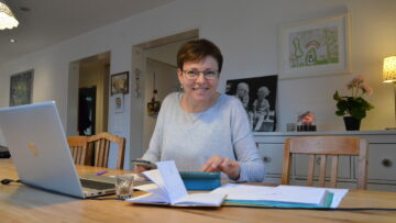 Die wichtigsten Werkzeuge von Chlausorganisatorin Bianca Gyger sind ihr Laptop, ihr Handy und ihre Agenda. | © Christian Breitschmid