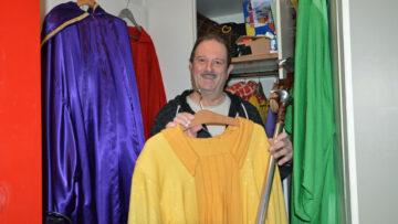 Rolf «Röfe» Wüst zeigt stolz die teuren Bischofsgewänder in den liturgischen Farben, die die Wohler Samichläuse tragen dürfen. | © Christian Breitschmid