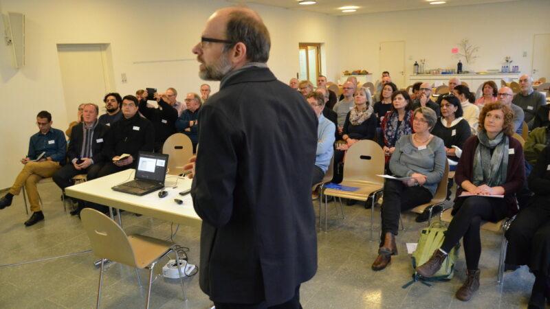 Kirchenratspräsident Luc Humbel informiert die Teilnehmer der Kickoff-Veranstaltung über die Idee hinter dem Projekt «Zukunft der Migrationspastoral im Aargau».   © Christian Breitschmid
