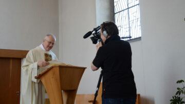 Pfarrer Mario Hübscher verkündet das Evangelium in der Osternacht über die Videokamera. | © Werner Rolli
