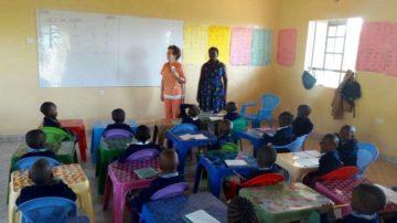 Der Unterricht kann beginnen! Elsy Amsler bei der Eröffnung einer ihrer Schulen. | © zvg