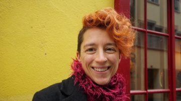Wer Corinne Dobler das erste Mal sieht, staunt, eine Pfarrerin vor sich zu haben. Mit ihrer frechen orange-roten Frisur und ihren Piercings fällt sie sofort auf. Als Gastroseelsorgerin ist die 40-Jährige in er Beizen-Szene voll akzeptiert. | © Vera Rüttimann