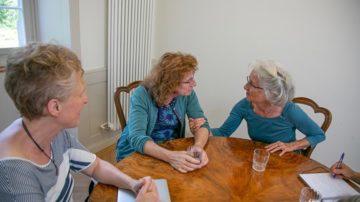 Obwohl sich die Gesprächspartnerinnen vor dem Gespräch nicht persönlich kannten, verstanden sie sich auf Anhieb gut und konnten von ähnlichen Erfahrungen  berichten. | © Pia Neuenschwander