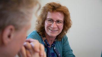Anna Maria Kaufmann. Die frühere Biobäuerin hat mit 35 Jahren christkatholische Theologie studiert. 2005 wurde sie zur Priesterin geweiht. Seit 2012 ist sie Pfarrerin der christ- katholischen Kirchgemeinde Bern. | © Pia Neuenschwander