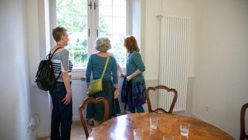 Käthi La Roche zeigt ihren Gesprächspartnerinnen, den Garten, der während ihrer Zeit als Pfarrerin am Zürcher Grossmünster ihr gehört hatte. | ©  Pia Neuenschwander