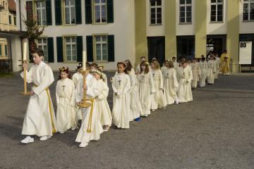 Der Name «Weisser Sonntag» für den Sonntag nach Ostern hat seinen Ursprung in den ersten christlichen Jahrhunderten. Weisse Kleider erhielten damals die in der Osternacht Getauften. Am achten Tag nach Ostern, am «Weissen Sonntag», legten sie diese wieder ab. Einzug der Erstkommunikanten in Aarau. | © Werner Rolli