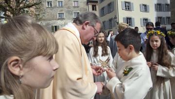 Die Gemeinschaft feiern auch nach der Kommunion: Pfarrer Josef Stübi mit seinen Erstkommunikanten nach der Feier auf dem Kirchplatz in Baden. | © Roger Wehrli