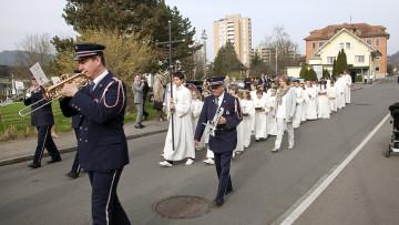 In vielen Aargauer Pfarreien ziehen die Erstkommunikanten noch immer in einer kleinen Prozession durchs Dorf. So, wie es früher überall Brauch war. Hier die Prozession in Nussbaumen. | © Roger Wehrli