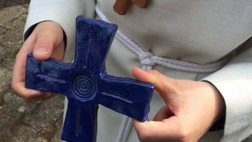 Das Kreuz als Erinnerung an das Geheimnis des Glaubens - und Andenken an einen besonderen Tag. | © Claudia Berchtold