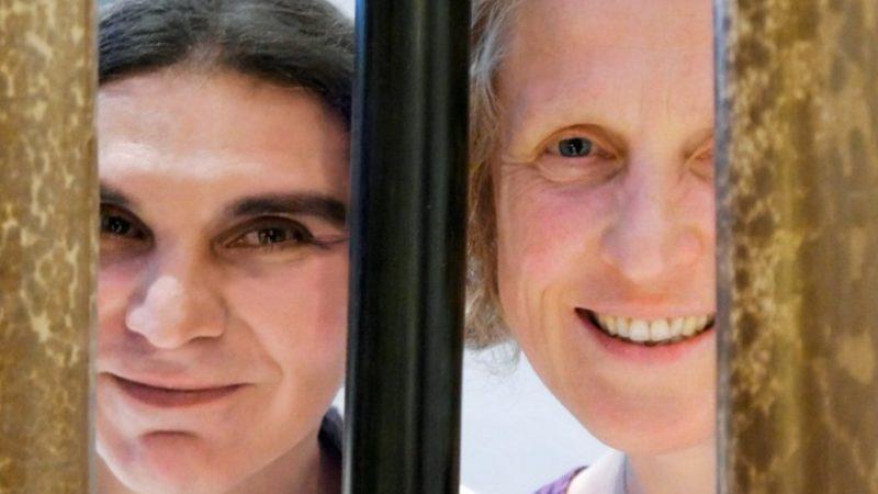 Domenica Priore (links), Sanitärinstallateurin,  Trans-Frau und zu Gast in der diesjährigen Segensfeier, und Susanne Andrea Birke, Theologin, im Gespräch.   © Anne Burgmer